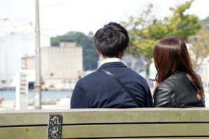 ベンチに腰かける男女